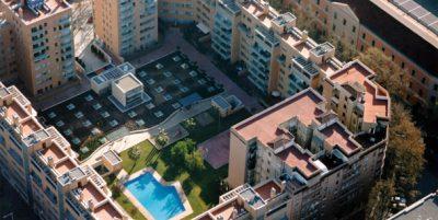 Bloque de pisos con piscina. Inmobiliaria