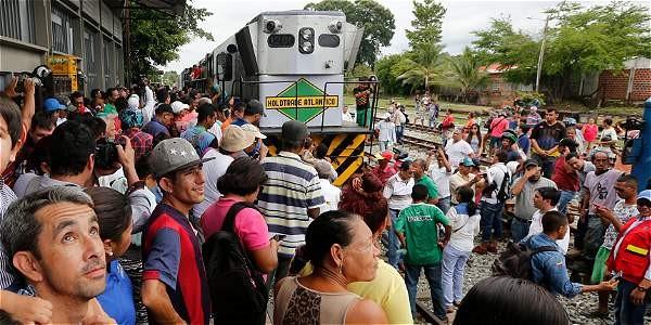 Foto de gente alrededor del tren de prueba del Corredor férreo Chiriguaná - La Dorada